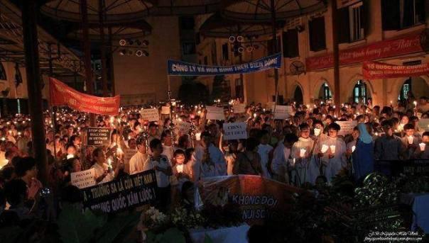 Tham gia các Thánh lễ thắp nến cầu nguyện cho Công Lý và Hòa Bình