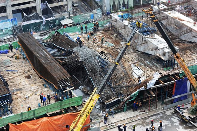 đà giáo của tuyến đường sắt đô thị Cát Linh - Hà Đông tại khu vực ga bến xe Hà Đông trên đường Trần Phú đã đổ sập khi công nhân đang đổ bê tông