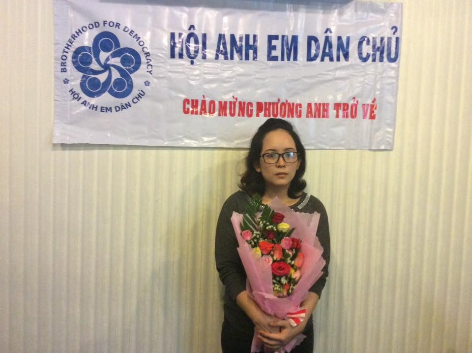 Hội Anh Em Dân Chủ tặng hoa cho chị Lê Thị Phương Anh