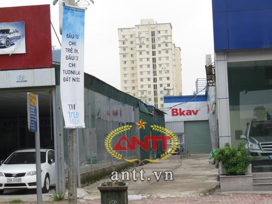 """Xưởng sản xuất của BKAV """"thu mình"""" giữa 2 showroom ô tô"""