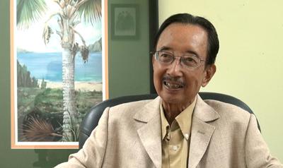 Tiến sĩ Alan Phan trong buổi phỏng vấn với ký giả Hà Giang, nhật báo Người Việt (Hình: Dân Huỳnh/Người Việt)