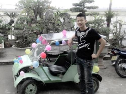 Đoàn Quang Hưởng (SN 1997, Nghĩa Hưng – Nam Định) bên cạnh sản phẩm xe hơi chạy bằng năng lượng mặt trời của mình.
