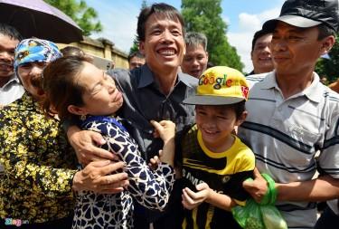 11:00 ngày 31/8, anh em ông Đoàn Văn Vươn - Đoàn Văn Quý được tự do sau 3 năm, 7 tháng, 21 ngày sống tại trại giam Hoàng Tiến (Chí Linh, Hải Dương).