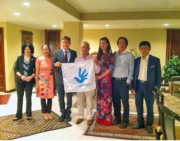 Từ trái: Bà LSQ Hoa Kỳ Rena Bitter, Mẹ Nấm, Malinowski, Phạm Bá Hải, Huỳnh Thục Vy, Huỳnh Ngọc Chênh, Trương Minh Đức (Sài Gòn, ngày 5/8/2015)