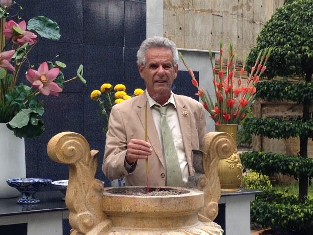 Dân biểu Alan Lowenthal đến thăm Nghĩa trang Quân Đội Biên Hòa tháng 5/2015