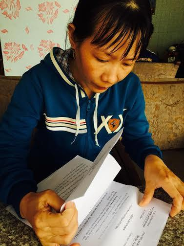 Chị công nhân Lê Tuyết Mai và những lá đơn trình báo về việc nhặt được vàng. Ảnh: Báo Thanh niên