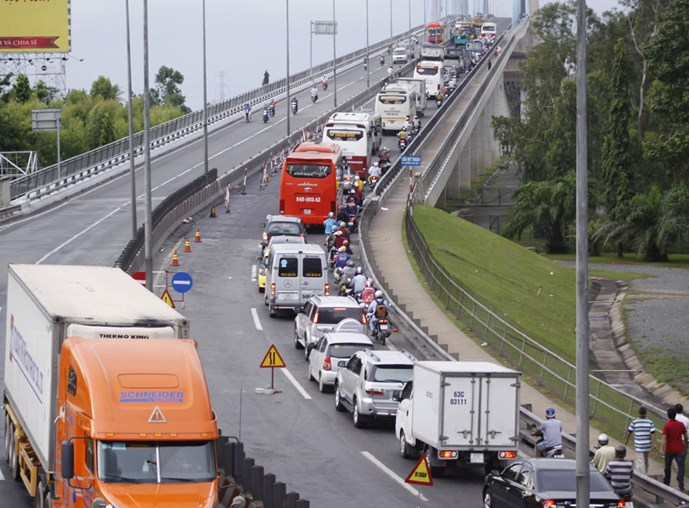 Do đơn vị thi công làm đường dẫn lên cầu Mỹ Thuận chỉ cho 1 làn xe di chuyển nên gây ùn tắc nghiêm trọng. Ảnh: Thanh Đức