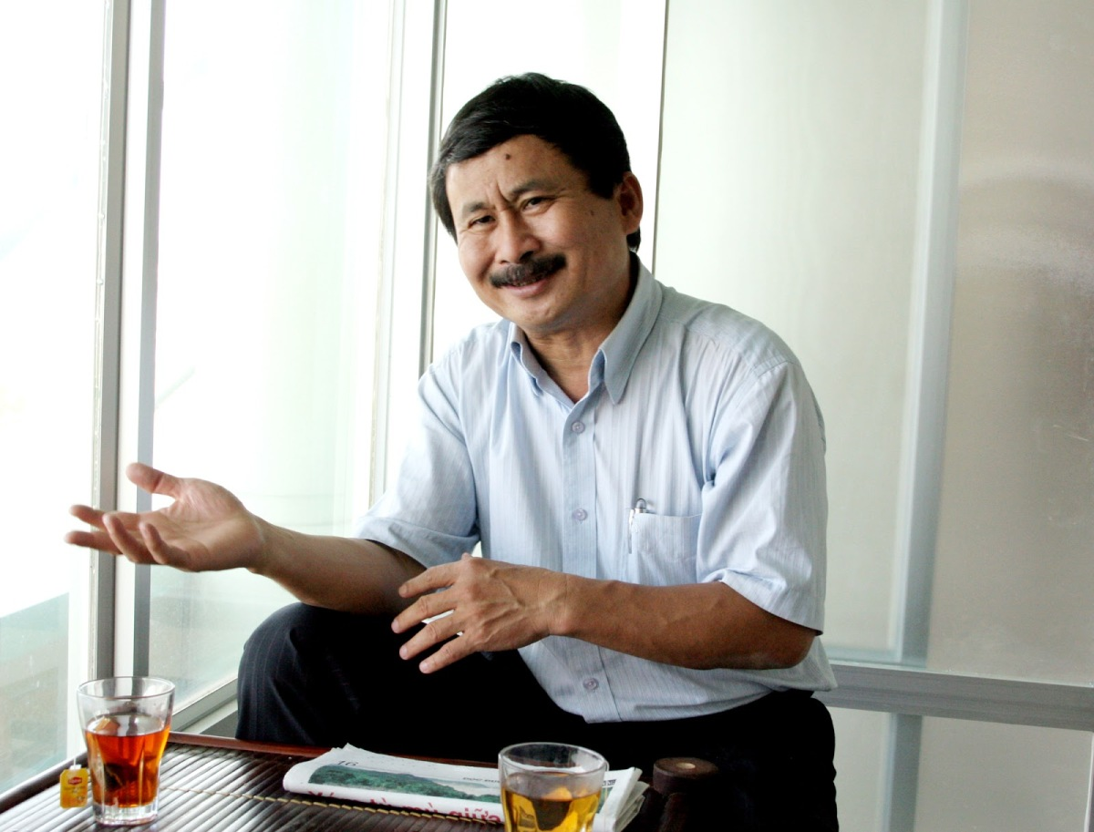 Tiến sĩ Phan Quốc Việt dạy trẻ chơi ngu. Ảnh: internet