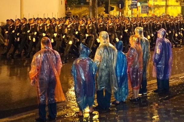 Người Hà Nội dầm mưa xem tổng duyệt diễu binh mừng quốc khánh 2/9/2015