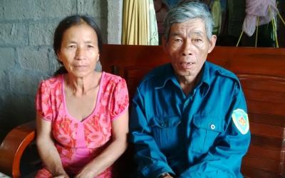 Vì nghèo, vợ chồng ông Phạm Văn Kỳ (xã Lộc Sơn) phải để con trai mới học lớp 7 sang Lào làm thuê. Ảnh Dân Việt.