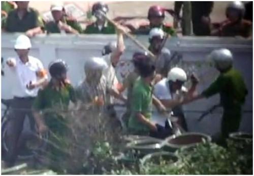Trưởng phòng thời sự và phóng viên Đài tiếng nói Việt Nam là người bị hành hung. Hình cắt từ clip