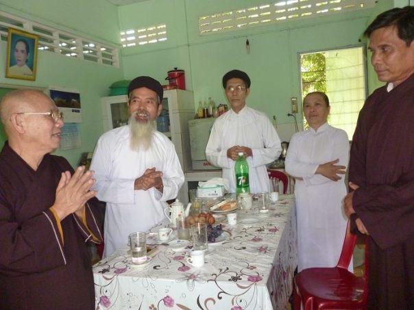 Các chức sắc tôn giáo trong Hội Đồng Liên Tôn Việt Nam đang chúc sức khỏe CTS Nguyễn Kim Lân