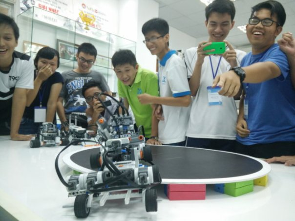 Một buổi sinh hoạt vui nhộn của CLB robotics, Trường ĐH Khoa học tự nhiên TP.HCM - Ảnh: Đức Thiện