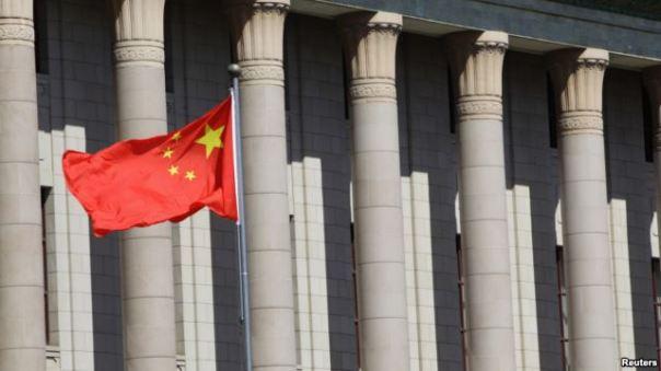 Cờ Trung Quốc bên ngoài Sảnh đường Nhân dân ở Bắc Kinh. Ảnh: Reuters.