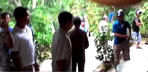 Công an và côn đồ đang bao vây nhà CTS Nguyễn Kim Lân, xông vào nhà giựt máy quay phim và điện thoại của CTS Nguyễn Bạch Phụng