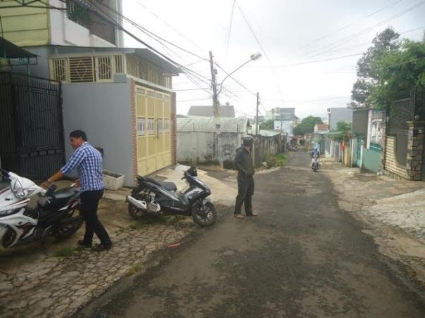 Công an canh giữ bên ngoài nhà mục sư Nguyễn Công Chính từ ngày 25/9/2015 đến nay.