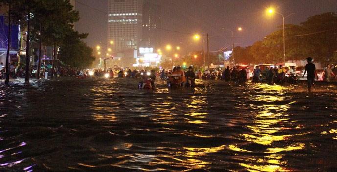 Mực nước ở đường Nguyễn Hữu Cảnh (TP.HCM) dâng cao gần cả mét sau cơn mưa chiều ngày 15.9- Ảnh: Đức Tiến