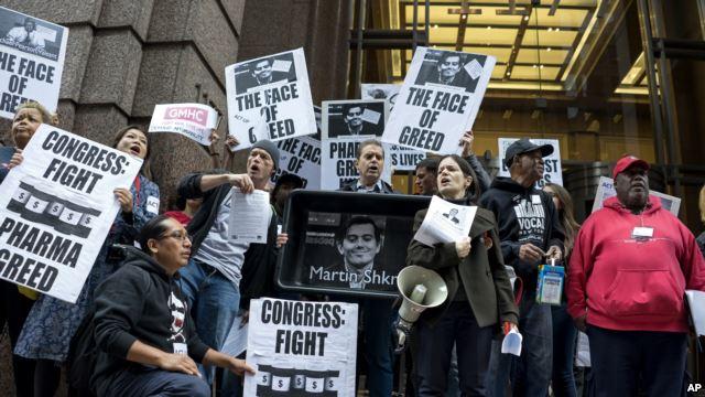 Các nhà hoạt động biểu tình trước trụ sở công ty dược phẩm Turing ở New York, tháng 10, 2015.