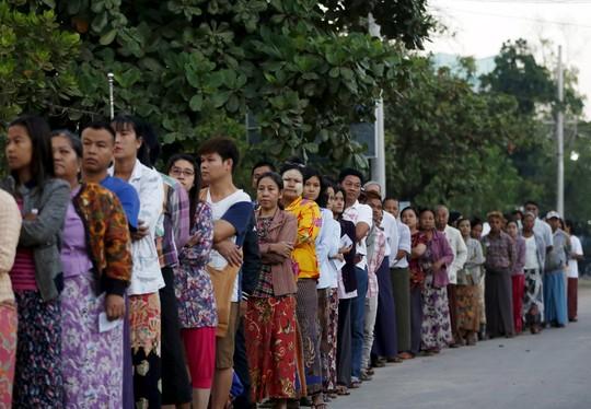 Cử tri xếp hàng tại một điểm bỏ phiếu ở TP Mandalay - Myanmar hôm 8/11/2015