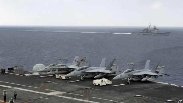 Các chiến đấu cơ của Hải quân Hoa Kỳ đậu trên chiếc hàng không mẫu hạm USS Theodore Roosevelt trong cuộc diễn tập Malabar 17/10/2015.