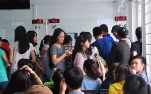 Sinh viên trường ĐH Quốc tế Hồng Bàng đóng tiền học