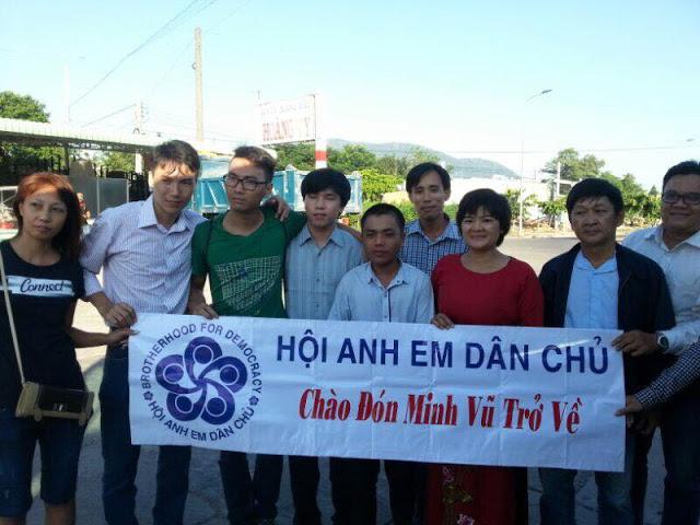 Thân hữu và hội Anh Em Dân Chủ đón Phạm Minh Vũ ra tù ngày 15/11/2015 tại Đồng Nai.