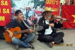 Nghệ sĩ Tạ Trí Hải trong lần biểu tình chống Trung Quốc hồi năm 2011. Citizen photo