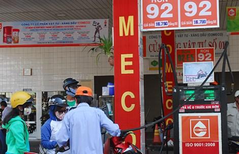 Giá dầu thế giới đang xuống thấp nhưng giá xăng vẫn còn giữ nguyên. (Ảnh chụp ngày 15-12) Ảnh: HTD