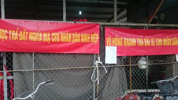 Học sinh Ninh Hiệp (Gia Lâm, Hà Nội) phản đối lấy đất trường học xây chợ