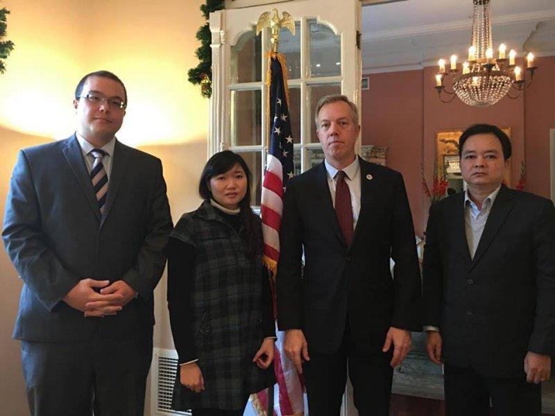 Từ trái sang: David V. Muehlke (Bí thư thứ nhất phụ trách chính trị, ĐSQ Mỹ), chị Vũ Minh Khánh, Đại sứ Ted Osius, luật sư Hà Huy Sơn.
