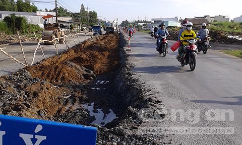 Dù ngân sách khó khăn, năm 2014, TP.Cà Mau thi công 2km đường Ngô Quyền đang còn sử dụng được làm mới với mức đầu tư 106 tỷ đồng