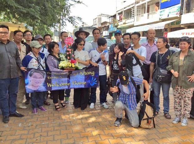 Bạn bè của Nhạc sĩ Việt Khang đã từ Sài Gòn đến TP. Mỹ Tho, tỉnh Tiền Giang để chờ đón nhạc sĩ Việt Khang