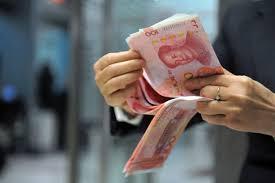 Một nhân viên ngân hàng ở Hangzhou, Trung Quốc đang đếm tiền Nhân Dân Tệ hôm 01/12/2015.
