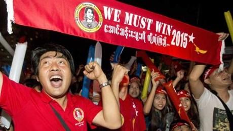 Người ủng hộ bà Aung San Suu Kyi hò reo ăn mừng trước giờ công bố kết quả cuộc bầu cử lịch sử ở Myanmar.