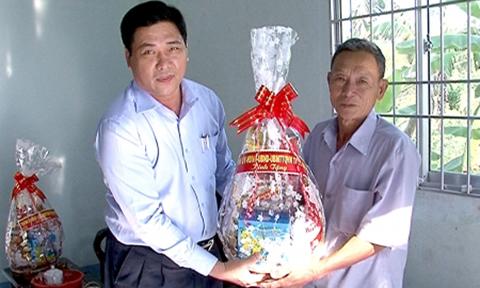 Ông Huỳnh Thanh Dũng, Phó chủ tịch UBND TP.Cà Mau (bìa trái)  - Ảnh: Báo Cà Mau