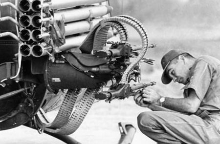 Phi công Mỹ lắp vũ khí cho máy bay lên thẳng UH-1 chuẩn bị đánh nhau với các du kích Việt Cộng tại tỉnh Vĩnh Long, Nam Việt Nam, 18/3/1963 . (Ảnh: Horst Faas/AP)