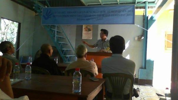 Điều phối viên của cuộc gặp, thạc sỹ Phạm Bá Hải thông tin cho giới đấu tranh về hội Cựu Tù Nhân Lương Tâm.
