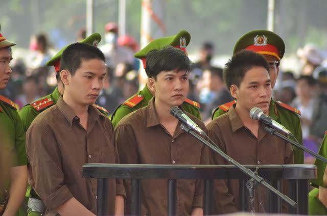 Từ trái qua lần lượt là các bị cáo Vũ Văn Tiến, Nguyễn Hải Dương và Trần Đình Thoại