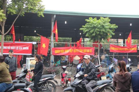 Các tiểu thương và người dân Ninh Hiệp tập trung đông tại bãi gửi xe để phản đối việc xây TTTM. Ảnh: Hoàn Nguyễn