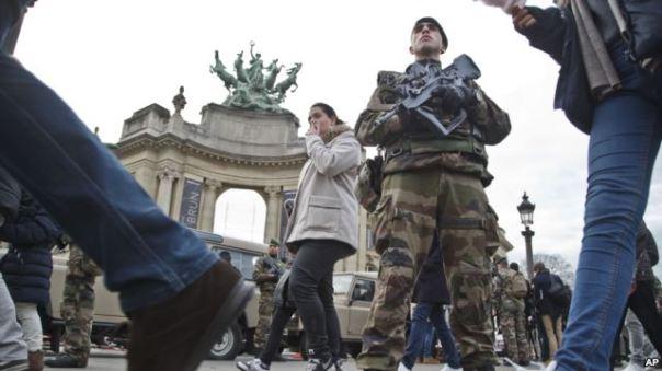 Binh sĩ Pháp tuần tra bên ngoài Viện Bảo tàng Grand Palais ở Paris.