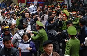 Công an đàn áp người biểu tình chống TQ ở Hà Nội hồi năm 2012. AFP