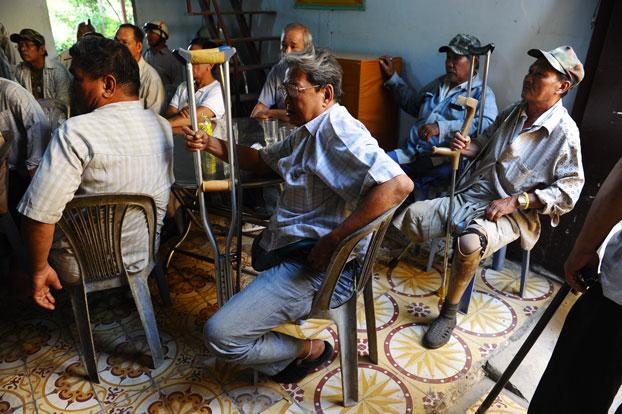 Những thương phế binh VNCH trong một buổi nhận tiền từ thiện tại chùa Liên Trì, TPHCM hôm 9/4/2015.