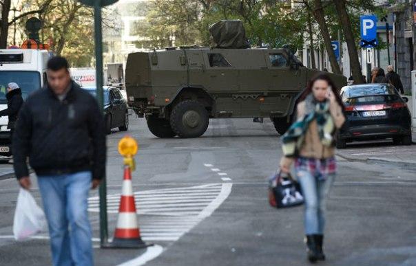Cảnh sát, quân đội trên đường phố Brussels, Bỉ hôm 31/12/2015.