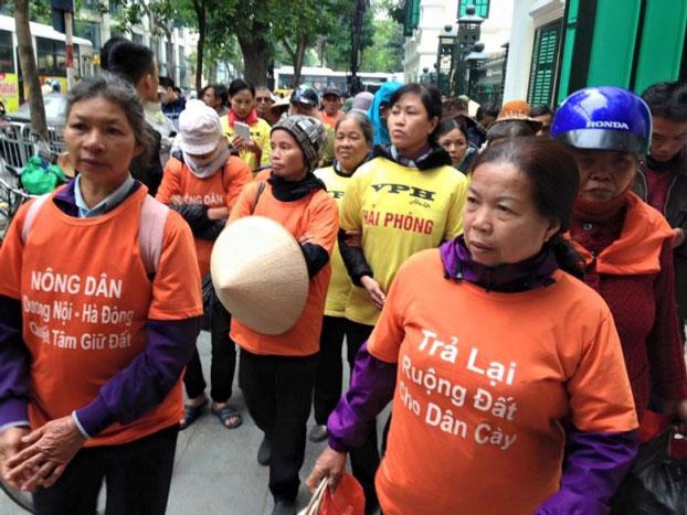 Khoảng hơn 100 dân oan từ nhiều tỉnh thành của Việt Nam đã tập trung tuần hành ở trung tâm Hà Nội hôm 12/1 để phản đối các quan chức địa phương đã sử dụng bạo lực để cướp đất của nông dân. Citizen photo