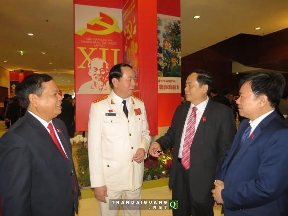 Đại tướng Trần Đại Quang trao đổi với các đại biểu bên hành lang Đại hội XII – Ảnh: Minh Quang