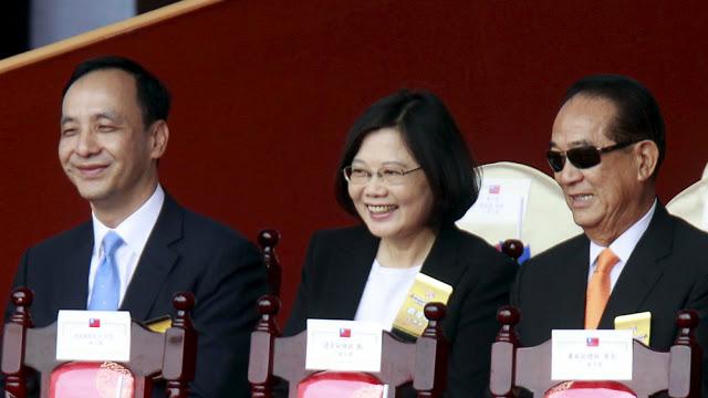 Từ trái sang: Chủ tịch Quốc dân đảng Eric Chu, bà Thái Anh Văn - ứng viên tranh cử vị trí lãnh đạo Đài Loan của đảng Dân chủ tiến bộ - và ông James Soong - ứng viên của Thân dân đảng - trong một sự kiện ở Đài Bắc đầu tháng 10.2015 - Ảnh: Reuters