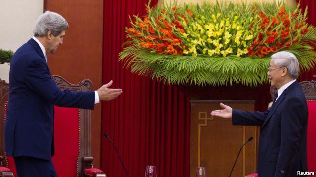 Ngoại trưởng Mỹ John Kerry trong cuộc gặp với Tổng bí thư Việt Nam Nguyễn Phú Trọng ở Hà Nội hồi cuối năm 2013.