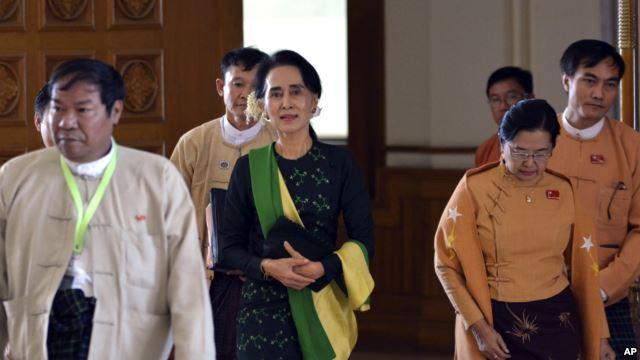 Bà Aung San Suu Kyi (giữa) đi cùng với các nhà lập pháp của Đảng liên minh Dân chủ Toàn quốc (NLD) tham dự phiên khai mạc Liên minh Nghị viện, ngày 08 tháng 2 năm 2016, tại Naypyitaw, Myanmar.