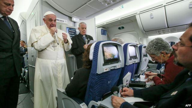 Đức Giáo Hoàng Phanxicô nói chuyện với các nhà báo trên chuyến bay từ Mexico trở về Ý, ngày 18 Tháng Hai, 2016.