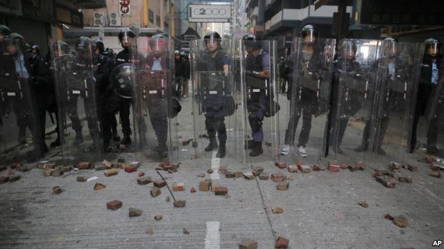 Những người biểu tình ném gạch đá, thùng rác, chai lọ vào cảnh sát.